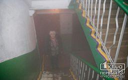 Коммунальщики никак не могут устранить проблему - в Кривом Роге жители пятиэтажки вдыхают пар из подвала