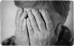 Криворожанка с двумя товарищами избили и ограбили пенсионерку