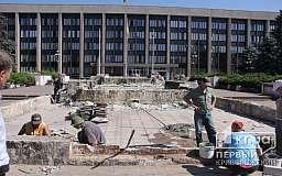 Фонтан возле Криворожского исполкома реконструируют в клумбу для экономии городского бюджета
