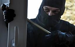 В Кривом Роге неизвестные в масках проникли в частный дом, избили и ограбили семейную пару