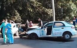 Крупное ДТП в Кривом Роге: компания несовершеннолетних на ВАЗе въехала в милицейский автомобиль. Есть пострадавшие