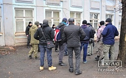 В Кривом Роге судебное заседание по делу сепаратистов прошло в закрытом режиме. Под зданием суда разгорелся нешуточный конфликт