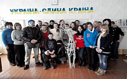 Запоздалые подарки: Бойцы 17 ОТБр передали школьникам рождественского оленя