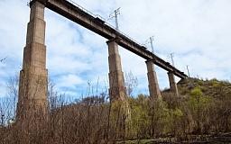 В Кривом Роге с железнодорожного моста на Карачунах упал мужчина