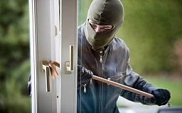 В Кривом Роге грабитель забрался в квартиру второго этажа по улице Харитонова и молотком избил двух сестер