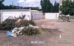 «Свидетели событий»: Криворожане не оценили новый мусорник и выбрасывают отходы под забор
