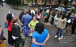 В Кривом Роге школьники, их родители и учителя перекрыли дорогу в знак протеста против закрытия 54-й школы