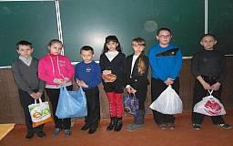 Криворізькі школярі передали полоненим на Донбас теплі речі та харчі