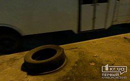 Вместо веток, дверей и шин: в Кривом Роге накрывают люки