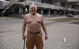 Закалка по-криворожски: пенсионер совершенно не боится холода