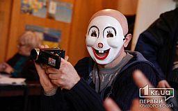 Что клоуны делают в зале суда, - в Кривом Роге на суды приходит мужчина в маске