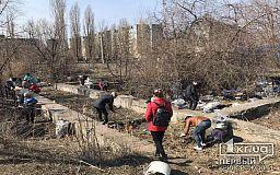 На заброшенной территории, где так и не построили школу, криворожане устроили уборку