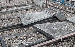 Вандалы повалили могильные плиты на одном из криворожских кладбищ