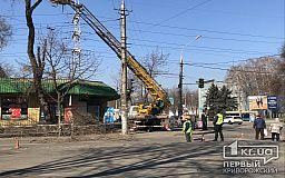 Из-за обрезки деревьев на одной из улиц Кривого Рога временно ограничили движение транспорта