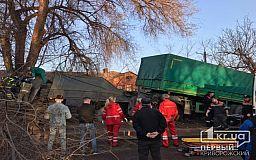 Водитель фуры, которая в Кривом Роге врезалась в дерево, мог превысить скорость, - полиция