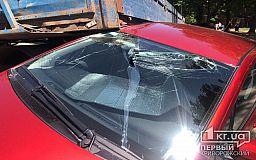 ДТП в Кривом Роге: грузовик врезался в припаркованную легковушку