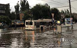 В Кривом Роге во время бури троллейбус застрял в реке из дождевой воды