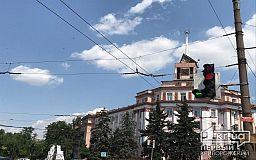 В Кривом Роге ураган повредил крышу на здании КЖРК, где стоит шпиль со звездой