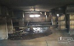 В одном из криворожских домов сотрудники Житлосервис-КР деревянными колышками пытаются устранить порыв труб, - горожане