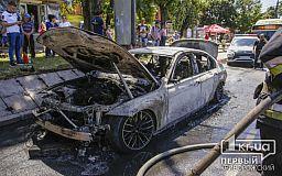 В Кривом Роге на центральном проспекте сгорела дорогая иномарка