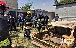 Криворожские спасатели тренировались эвакуировать людей из искореженных после ДТП авто