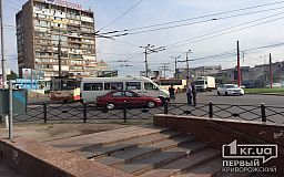 В рабочую перевозку легковушка и маршрутка «притерлись» на кольце в Кривом Роге