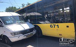 На 95 квартале в Кривом Роге маршрутка и троллейбус попали в ДТП