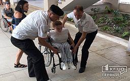 Без помощи посторонних людям на инвалидных колясках не попасть в криворожский исполком