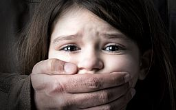 Рассмотрение дела семейной пары, которая в Кривом Роге снимала малолетнюю дочь в порно, отложили