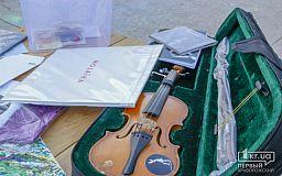 Пластинка с автографом Onuka, скрипка от Brunettes shoot blondes, футболки Тартак - криворожане продолжат на онлайн аукционе сбор средств для покупки медтехники