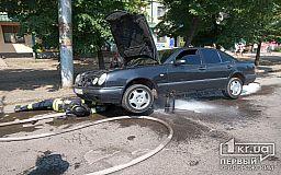 В Кривом Роге на временной стоянке горел старенький Mercedes
