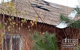 После летнего урагана на крыше одного из криворожских домов все еще «болтается» шифер