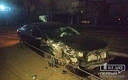 В Кривом Роге ночью автомобиль Mazda протаранил столб, водитель скрылся
