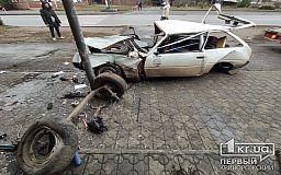 ДТП в Кривом Роге: Таврия вылетела на обочину и перевернулась, зацепив магазин и остановку