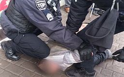 Патрульні у Кривому Розі затримали чоловіка, який ножем поранив двох перехожих