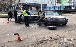Не уступил дорогу: в Кривом Роге Жигули столкнулись с Mercedes