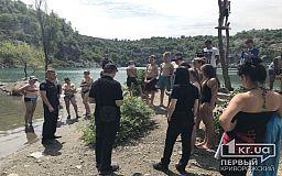 На затопленном карьере в Кривом Роге, где погиб подросток, спасатели и полицейские провели профилактический рейд