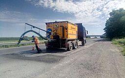 Сотрудники службы автодорог ликвидируют ямы на трех трассах через Кривой Рог