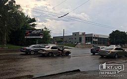 В Кривом Роге во время грозы два автомобиля столкнулись на проспекте Мира