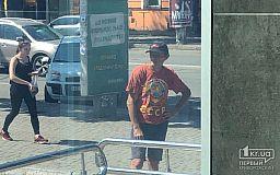 В центре Кривого Рога задержали мужчину в футболке с серпом и молотом на фоне земного шара