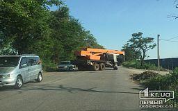 Строительство незаконных теплиц продолжается: в Кривом Роге кран перекрыл движение автомобилей