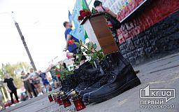 Криворіжці вп'яте зібрались на центральній площі, аби вшанувати загиблих на борту Іл-76 у 2014 році