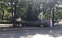 В Кривом Роге Skoda вылетела на тротуар после столкновения с другим авто