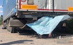 Погиб на месте: в Кривом Роге мотоциклист влетел в фуру (ФОТО 18+ )
