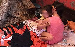 Семейная пара, которая в Кривом Роге снимала 4-летнюю дочь в порно, проведет под стражей еще 60 дней