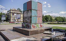 В Кривом Роге разваливающийся постамент не демонтирован в отведенные сроки