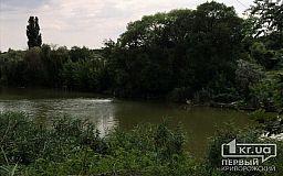 В Кривом Роге из речки продолжает фонтаном шуровать вода