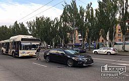 Элитная иномарка и коммунальный автобус в Кривом Роге попали в ДТП