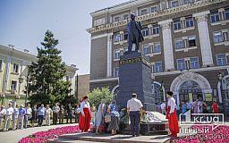 Протокольне покладання квітів до Дня Конституції відбулось у Кривому Розі