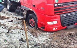 Из заледеневшей ямы грузовик водителю помогли достать криворожские патрульные